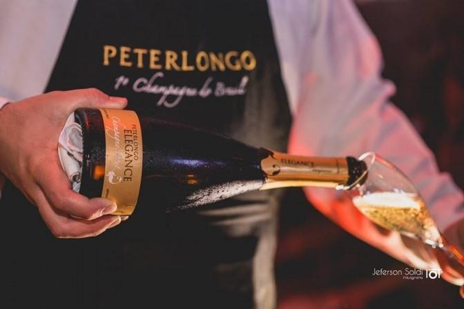Jornal Vida Brasil Texas Vinho-servindo The Legacy of Champagne in Brazil Destaques News